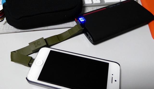 iPhoneとバッテリーを重ねて
